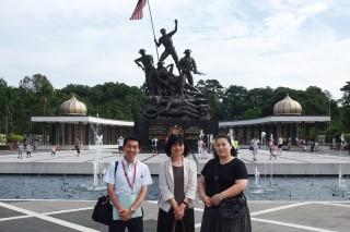 国家記念碑の前にて